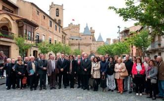 La Presidenta Barcina, en el centro, junto con las autoridades y asistentes al seminario, en Olite
